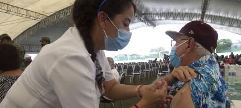 GUADALUPE, NUEVO LEÓN, 14ABRIL2021.- La aplicación de la vacuna Pfizer a adultos mayores en Guadalupe, supera cien mil personas, una de las áreas más pobladas del área metropolitana de Monterrey. FOTO: GABRIELA PÉREZ MONTIEL / CUARTOSCURO.COM