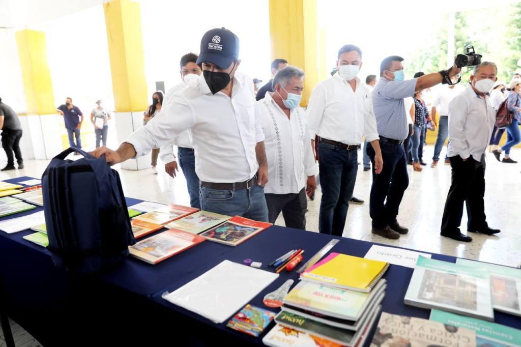 """Como parte de los apoyos, Vila Dosal supervisó la distribución de paquetes de útiles escolares del esquema """"Impulso Escolar"""", además de uniformes y libros de texto en beneficio de estudiantes y familias de esta l"""